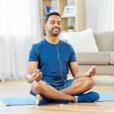 La meditación se debe hacer en un lugar alejado del ruido. También se pueden usar auriculares.