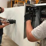 Trabajadores en la máquina de ingeniería inversa para manufacturar tapobocas en Barranquilla.