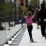 En video | Niños vuelven con entusiasmo a las calles españolas tras 43 días en casa