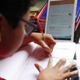Un niño estudia a través de plataformas digitales.