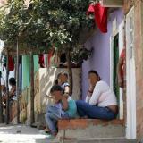 En algunas viviendas cuelgan trapos rojos como símbolo de necesidad de ayuda alimentaria.