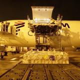 Operarios manejan la carga que transportará un avión de Latam Airlines.