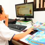 Un estudiante de primaria recibe en su casa clases virtuales que complementacon el uso de guías que fueron entregadas por los profesores.