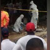 Técnicos forenses inspeccionaron el cadáver ante las miradas de decenas de curiosos.
