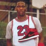Michael Jordan en su juventud con las zapatillas con las que jugaba.