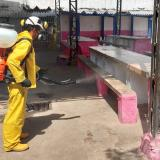 Un operario realiza labores de desinfección en uno de los patios de la Cárcel Distrital El Bosque.