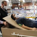 Fabrican camas de hospital de cartón que se pueden convertir en ataúdes