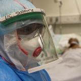 Equipo médico atiende a pacientes con COVID-19 en una Unidad de Cuidados Intensivos, UCI.