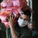 Un joven carga varios de los mercados que fueron entregados ayer a varias familias.