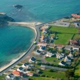 Guernsey es una pequeña isla, situada entre las costas de Inglaterra y de Francia.