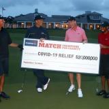 Phil Mickelson, Tom Brady, Peyton Manning y Tiger Woods muestran el dinero alcanzado en el evento.
