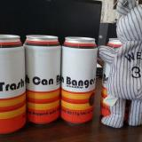 Latas de la cerveza 'Trash Can Banger', que recuerda el robo de señas de los Astros de Houston.