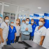 El ministro de Salud, Fernando Ruiz, rodeado del personal del nuevo Hospital San Juan de Dios de Mompox.