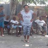 Los abuelos disfrutan moviéndose al ritmo del baile de la tambora, toda una tradición en Barú.