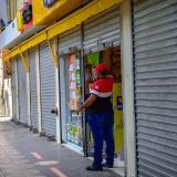 Un propietario cierra su almacén en B/quilla.