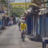 Un hombre recorre a bicicleta el cetro de la ciudad.