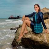 Rossana Redondo posa en las playas de Riohacha con mochilas elaboradas por mujeres wayuu.