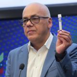 El ministro de Comunicación de Venezuela, Jorge Rodríguez, mientras muestra un recipiente para hacer una prueba de COVID-19, en Caracas.
