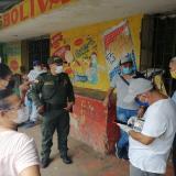 Patrulleros de la Policía sostienen reuniones frecuentes con comerciantes del centro de la ciudad.