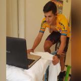 Nelson Soto alterna sus entrenamientos en carretera con jornadas frente a un simulador, en Medellín.