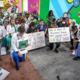 De rodillas, médicos y enfermeras de Miami honran a George Floyd