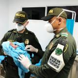 Dos miembros de la Policía llevaron al bebé hasta la clínica San Diego.