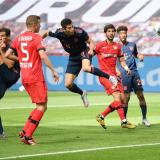 El delantero polaco Robert Lewandowski anotando el cuarto gol del Bayern Munich.
