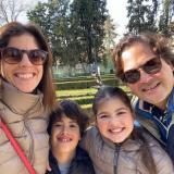 Paloma, Matías (8 años), Candela (11) y Félix.