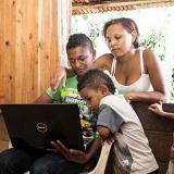 Una familia se conecta a Internet a través de su computador.