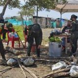 Policía y comunidad durante la jornada humanitaria en Ciénaga.