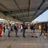Usuarios de Transmetro esperan su ruta en la estación Joe Arroyo.