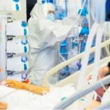 Un paciente es atendido en una Unidad de Cuidados Intensivos, UCI.