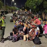 Ciudadanos venezolanos haciendo fila para cruzar a su país.
