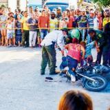 Agentes de la Sijín inspeccionan un cadáver en el centro de Barranquilla, producto de un ataque sicarial