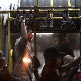 Personas con tapabocas son vistas en un autobús hoy viernes en la ciudad de Río de Janeiro (Brasil).