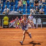 La tenista Barbora Strycova en acción en el torneo de Praga. Atrás se observan a los aficionados en las tribunas.