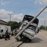 Camión se estrella contra un poste en la Vía 40