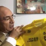 El exciclista colombiano Omar 'el Zorro' Hernández sostiene una camiseta de líder de la Vuelta a España de 1989.