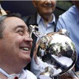 Luis Fernando Montoya sonríe junto al trofeo de la Copa Libertadores que ganó en 2004 con el Once Caldas.