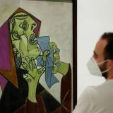 """Un hombre observa la obra """"Cabeza de mujer llorando con pañuelo"""" de Pablo Picasso en el museo Reina Sofía, de Madrid."""