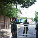 Unidades de la Policía y el Ejército custodian las vías de acceso a los barrios.