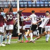 El arquero Orjan Nyland, de Aston Villa, no pudo evitar que la pelota traspasara la línea de gol.