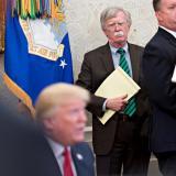 El exasesor de Seguridad Nacional, John Bolton, observando al presidente de EEUU Donald Trump.