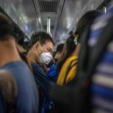 Un hombre protegido con mascarilla viaja en metro en hora punta en Pekín, China.