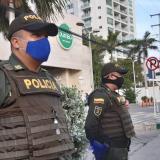 La Policía Metropolitana de Cartagena vigila el sector comercial de la ciudad durante el día sin IVA.