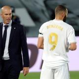 Zidane dando indicaciones en su juego del Real Madrid. A su lado, el francés Benzema.