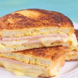 Sandwich de jamón y huevo.