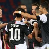 Paulo Dybala y Cristiano Ronaldo celebrando junto a otros compañeros de la Juventus.