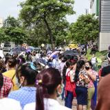 Decenas de ciudadanos se aglomeraron en las puertas de los establecimiento durante el día sin IVA.