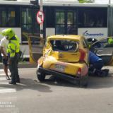 Dos heridos por choque entre bus de Transmetro y un taxi